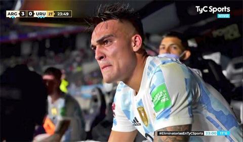 Lautaro Martinez bật khóc trên băng ghế dự bị