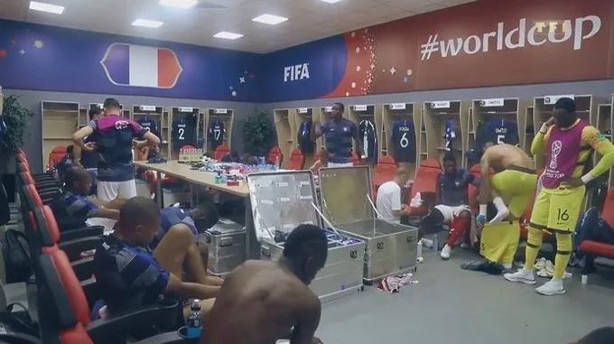 Pogba đứng lên phát biểu ở giờ nghỉ giữa hiệp trong trận gặp Argentina tại vòng 1/8 World Cup 2018
