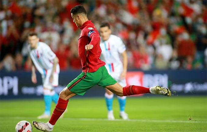 Ronaldo ghi 2 bàn trên chấm 11m