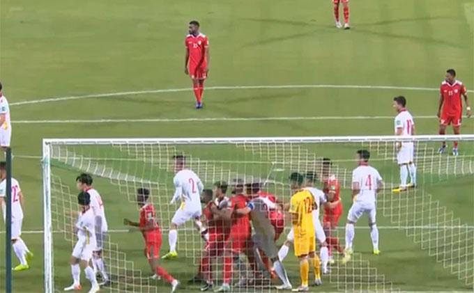 Các cầu thủ có chiều cao tốt của Việt Nam không có vị trí đứng thật sự tốt trong vòng 5m50 khi đấu với Oman