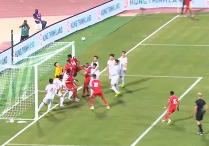 Cầu thủ Việt Nam bị động trong chống phạt góc trước Oman