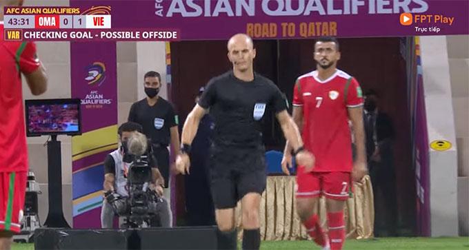 Trọng tài chính trận Oman - Việt Nam tham khảo VAR trong việc xác định bàn thắng hợp lệ cho ĐT Việt Nam