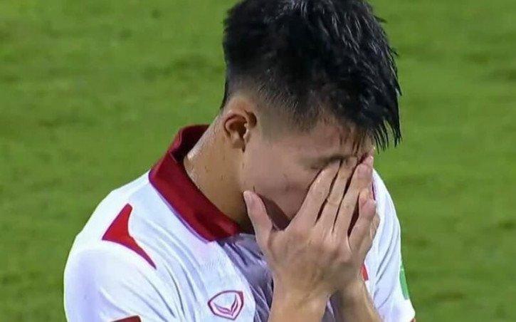 Cầu thủ không chỉ cô đơn vì sự chỉ trích của NHM mà còn bởi thiếu sự ưu ái của trọng tài