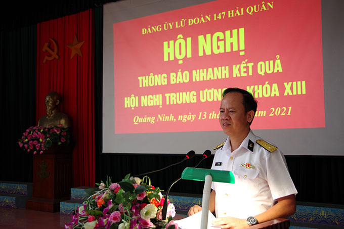 Thượng tá Vũ Tiến Dũng chủ trì thông báo kết quả hội nghị Trung ương lần thứ 4 tới cán bộ, đảng viên và quần chúng trong Lữ đoàn
