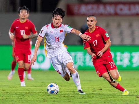 Hoàng Đức tự tin đi bóng trước cầu thủ Trung Quốc