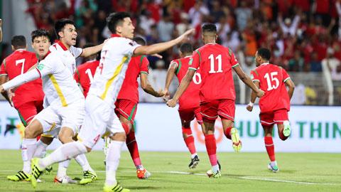 ĐT Việt Nam phải nhận 2 quả phạt đền trong trận đấu với Oman (áo đỏ)