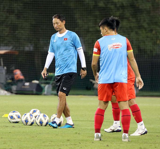 Tối 13/10, ĐT U23 Việt Nam đã bước sang ngày tập huấn thứ 6 tại UAE nhằm chuẩn bị tham dự Vòng loại U23 châu Á 2022. Buổi tập của đội diễn ra trên sân tập của Khu liên hợp thể thao Nas Sports Complex- địa điểm nổi tiếng thường được các CLB, các ngôi sao bóng đá, thể thao hàng đầu thế giới lựa chọn trong những dịp tới UAE tập huấn hoặc du đấu.