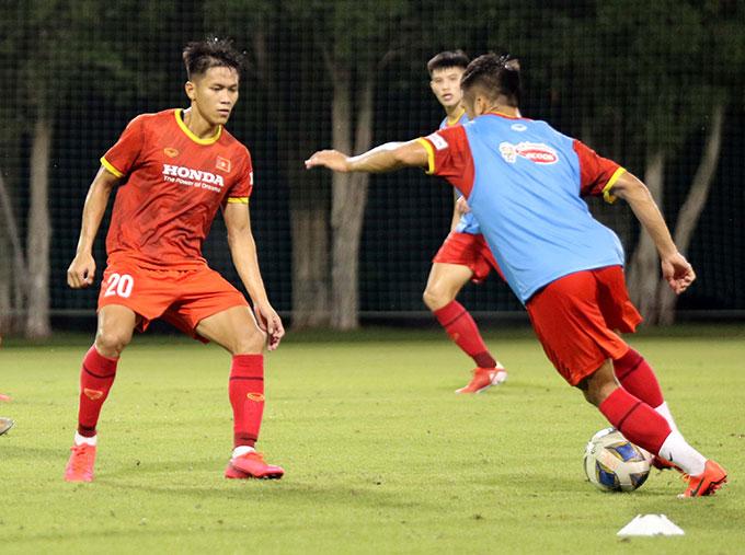 Trước đó, 2 cầu thủ trong danh sách ĐT Việt Nam tham dự Vòng loại thứ ba FIFA World Cup 2022 là hậu vệ Nguyễn Thanh Bình và Lê Văn Xuân cũng đã được tăng cường sang U23 Việt Nam sau khi kết thúc trận đấu với ĐT Trung Quốc hôm 7/10.