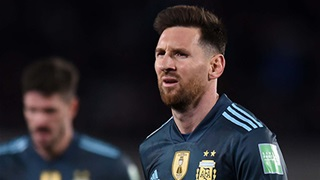 Messi tỏ thái độ bức xúc với trọng tài người Brazil