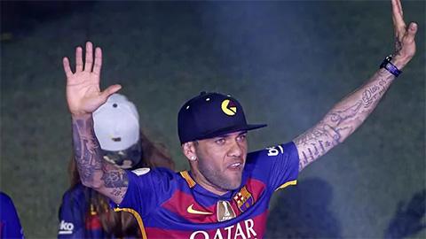 Dani Alves tiến cử bản thân với... Barca