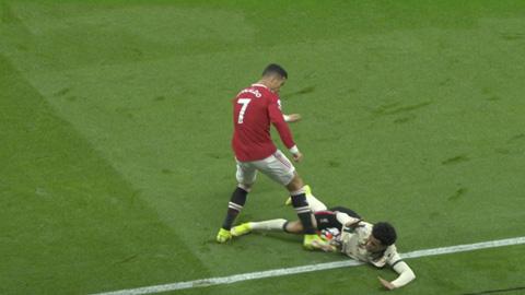 MU vs Liverpool: Ronaldo nổi điên đá người