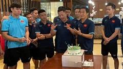 Trợ lý Lee Young Jin bất ngờ với tiệc sinh nhật ở ĐT Việt Nam
